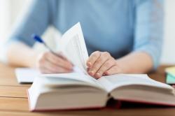 Anotar à mão é melhor para memorizar do que usar o computador, aponta estudo